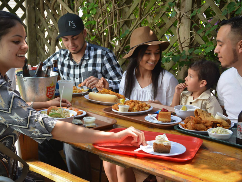 Family dining outdoors at Shrimp 'N Stuff